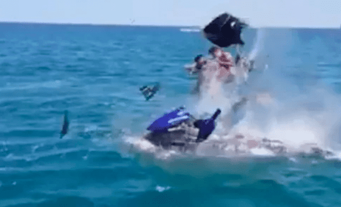 explota moto acuática con dos turistas