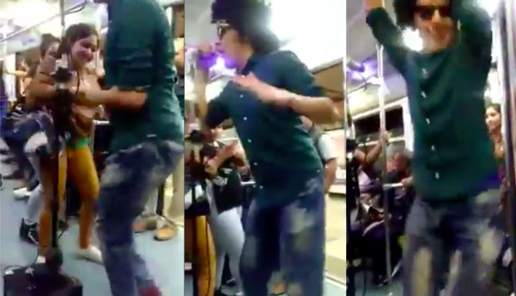 joven canta y baila en el metro