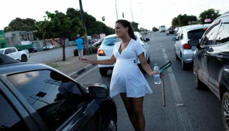 mujer embarazada venezolana limpia parabrisas en brasil