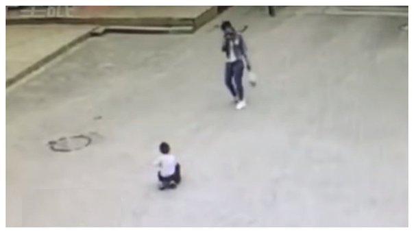 niño se salva de ser atropellado por su mochila