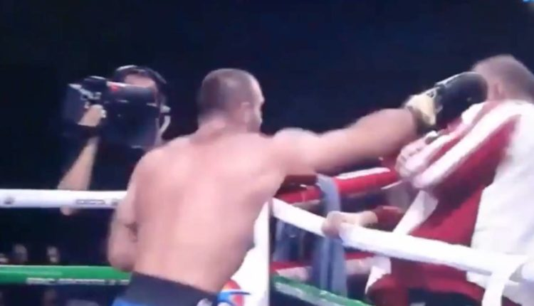 boxeador golpea a entrenador
