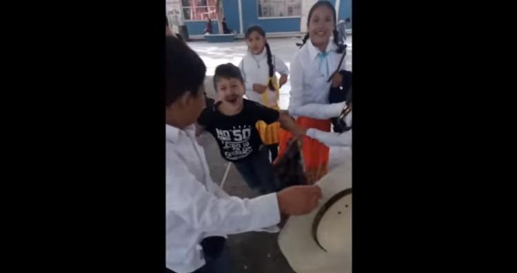 Niño se hace viral por no querer casarse en kermés