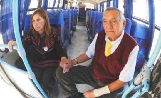 Chofer lleva todos los días en su camión a esposa con Alzheimer