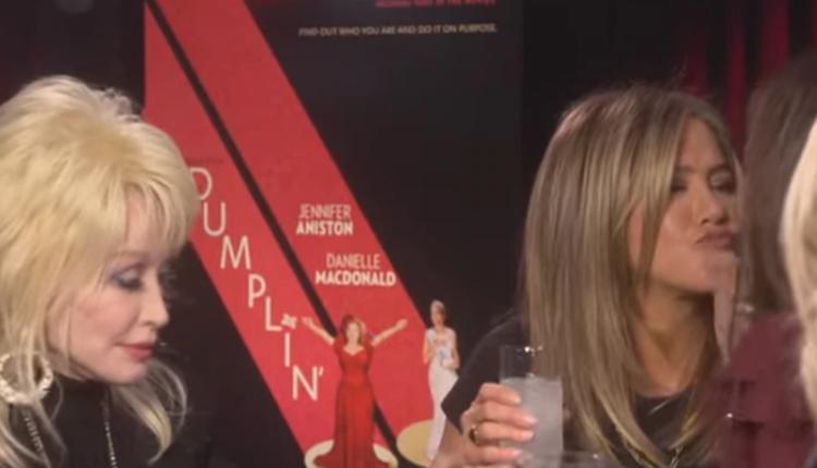 Así besó Jennifer Aniston en la boca a Sandra Bullock dumplin cine entrevista dolly parton