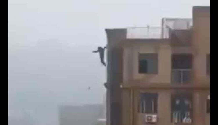 cae de un edificio por tomarse una selfie