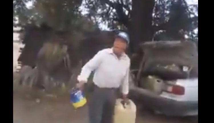 hombre quema árboles