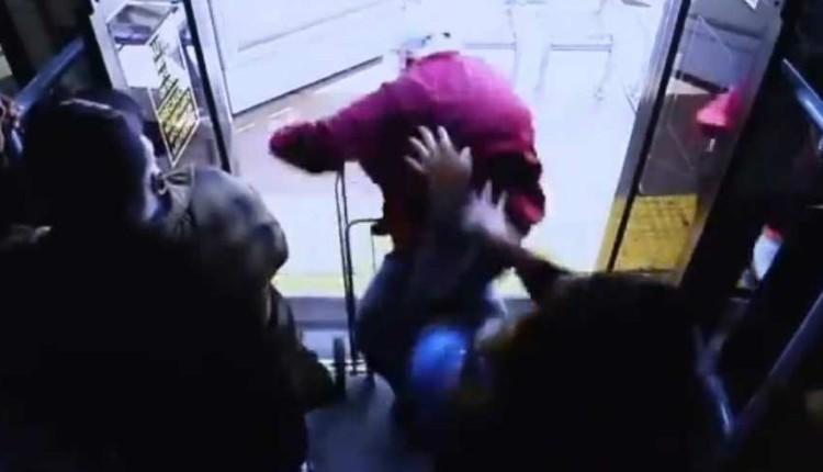 mujer lanza a un anciano