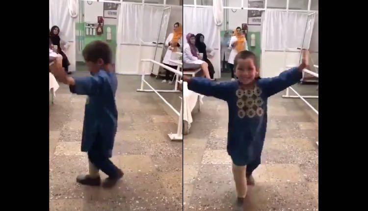niño baila al recibir su prótesis de pierna