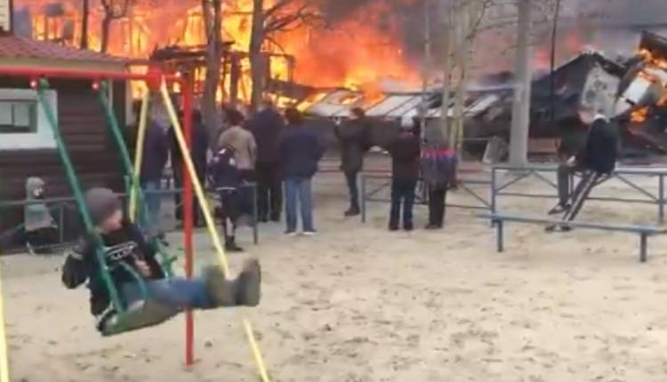 niño columpio incendio rusia