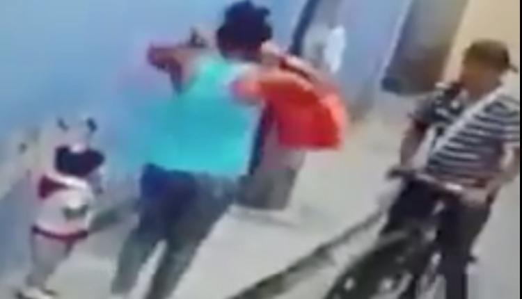 hombre asalta a mujer y su bebé