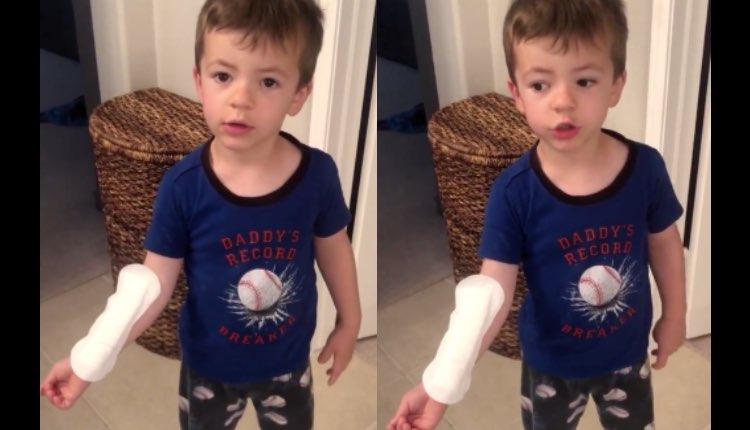 niño usa toalla sanitaria como carita gigante