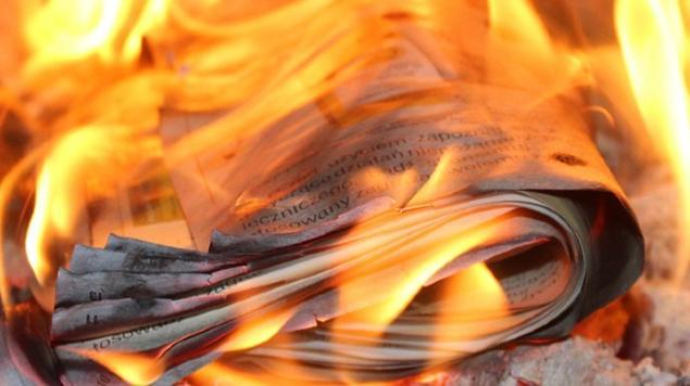 joven quema cartas