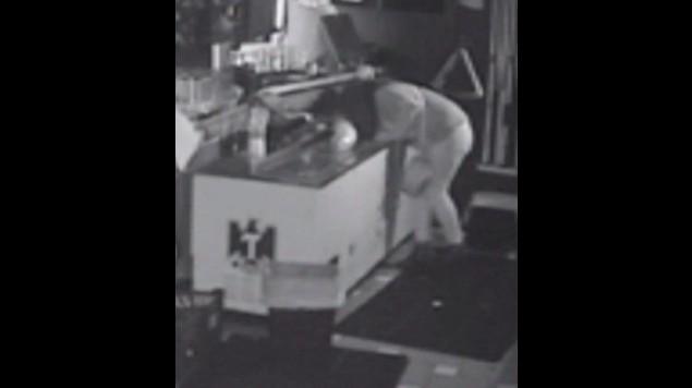 Mujer quedó atrapada dentro de un bar y no encontró mejor manera de esperar ayuda, que tomándose la cerveza
