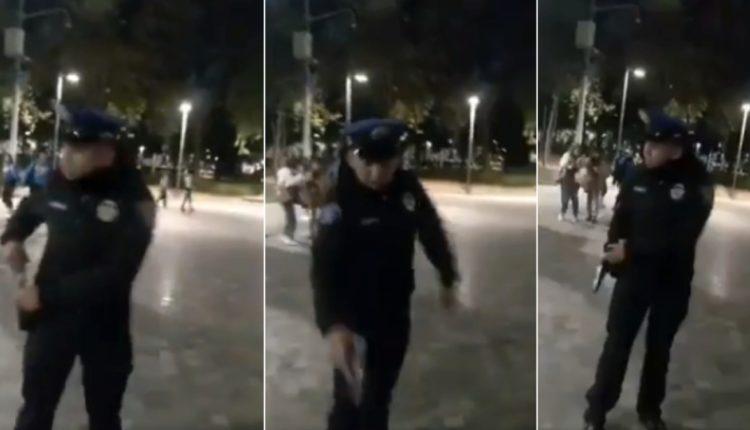 policia apunta a perro
